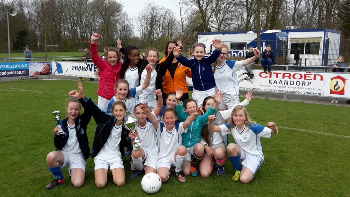 Meiden Visser 't Hooft winnen Rabobank schoolvoetbaltoernooi